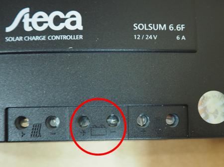 Laderegler mit markiertem Batterieeingang